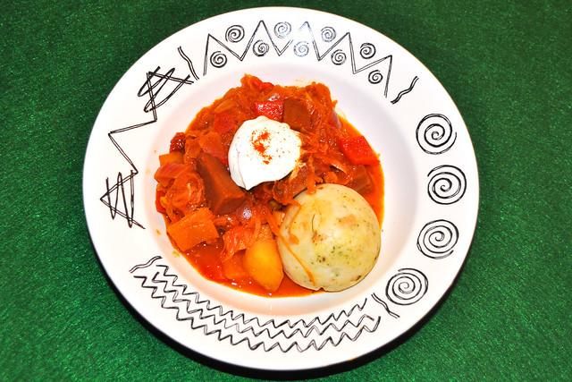 Szegediner Gulasch (Krautgulasch), vegetarisch, mit Sauerkraut und Crème fraîche - und statt Fleisch: Seitan ... Foto: Brigitte Stolle