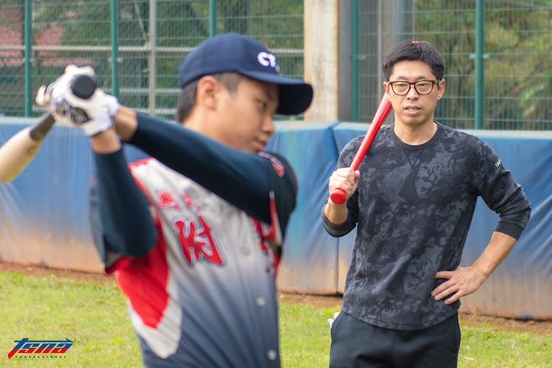 田中浩康指導青棒球員。(特派記者王啟恩/攝)