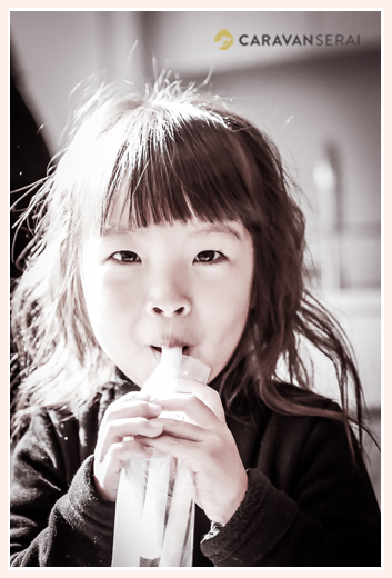 千歳飴を美味しそうに食べる3歳の女の子