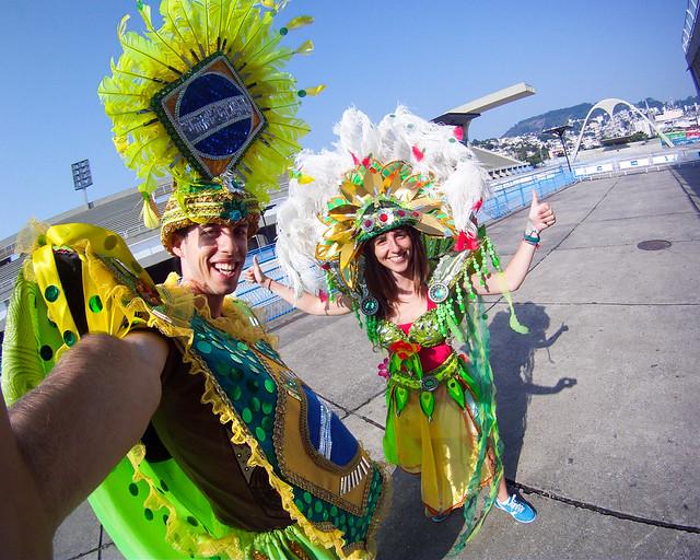 Vestidos de Carnaval en el Sambódromo de Rio de Janeiro, uno de los lugares divertidos que visitar en Rio de Janeiro