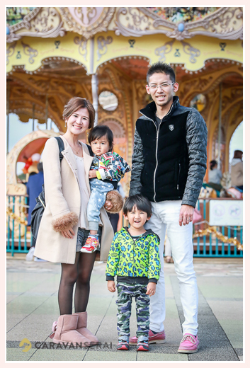 刈谷ハイウェイオアシスで家族写真 メリーゴーランド 愛知県刈谷市