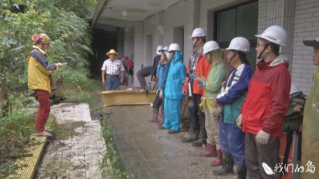 修路志工,沒有固定成員,他們來自四面八方,幫忙修復著泰平里居民的回憶。