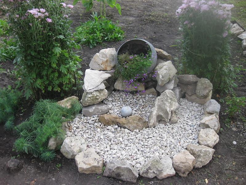 Цветочная клумба из камней
