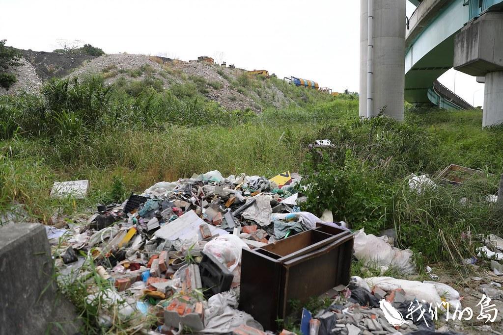 2018年新北市五股二重疏洪道下仍可見到新廢棄物。