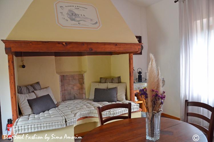 E Livia também é o nome da suíte onde nos hospedamos. Detalhe para um dos cômodos com esse lindo sofá onde antes era uma lareira. Maravilhoso!