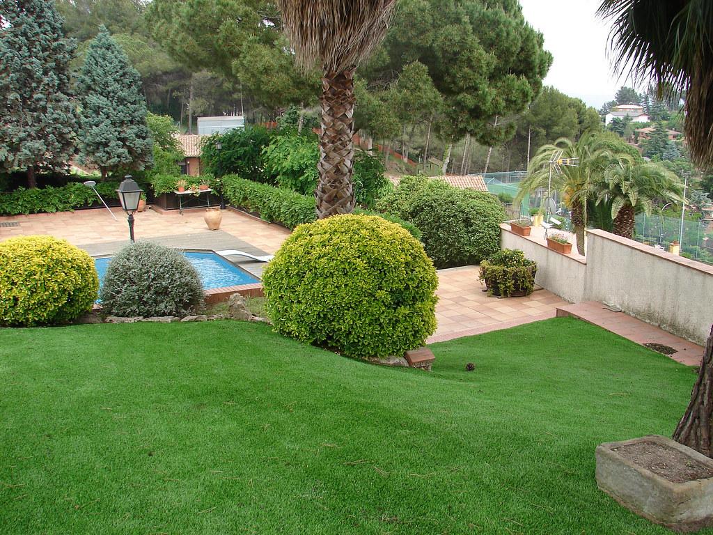 Césped artificial Eden instalado en un jardín con pendient… | Flickr