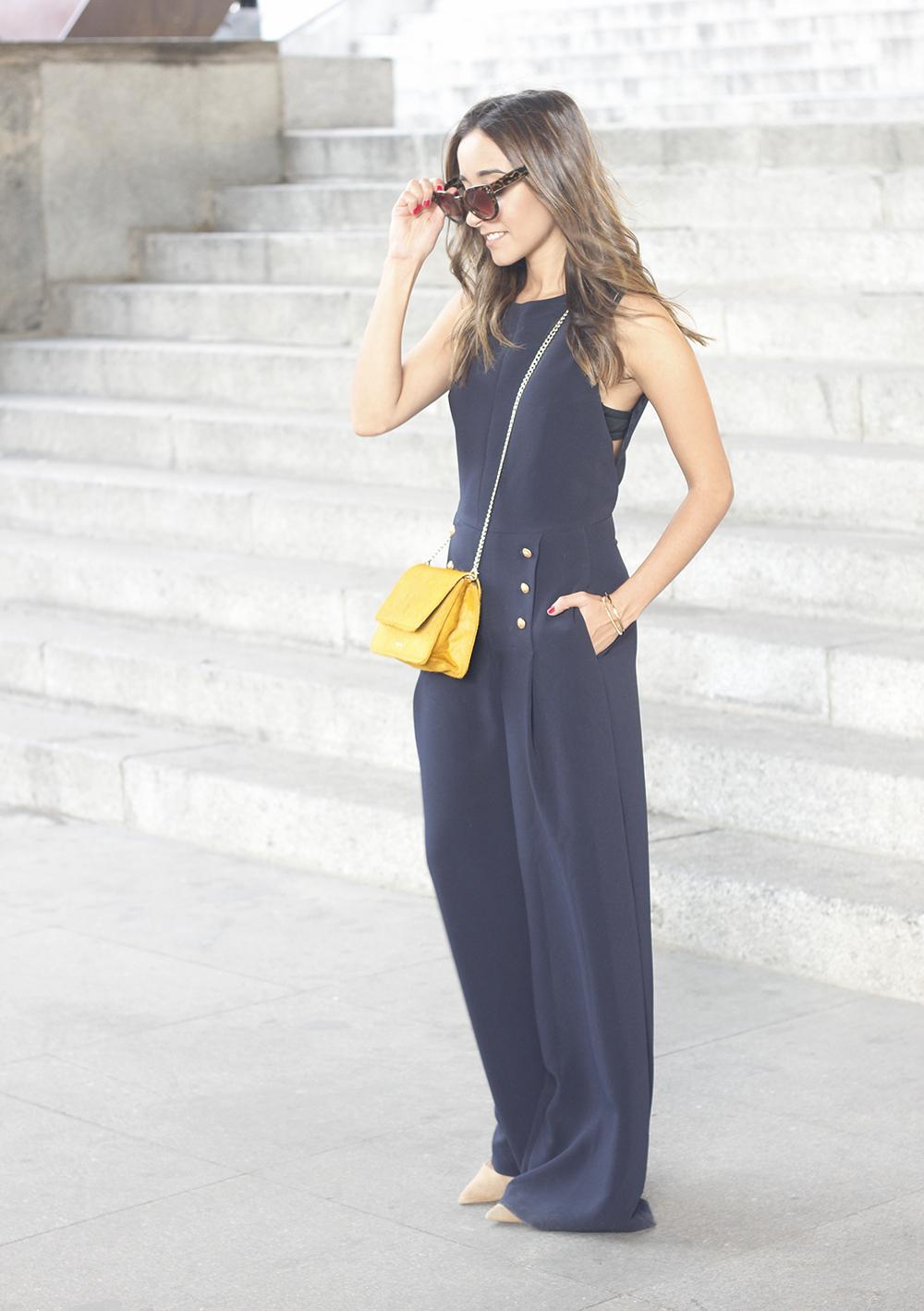 blue jumpsuit with goldden buttons mustard bag uterqüe nude heels05