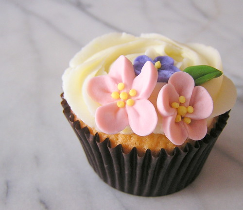 royal icing blossom cupcake | SImple vanilla cupcakes for th ...