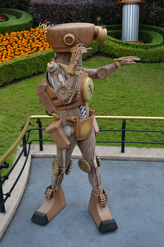 Meeting B.E.N. at Jule Verne Memorial Park in Discoveryland | by Castles, Capes & Clones