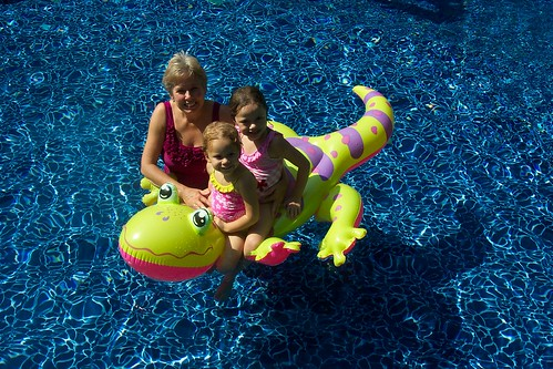 Floating pool toys floating pool toys can entertain kids - Toys r us swimming pools for kids ...