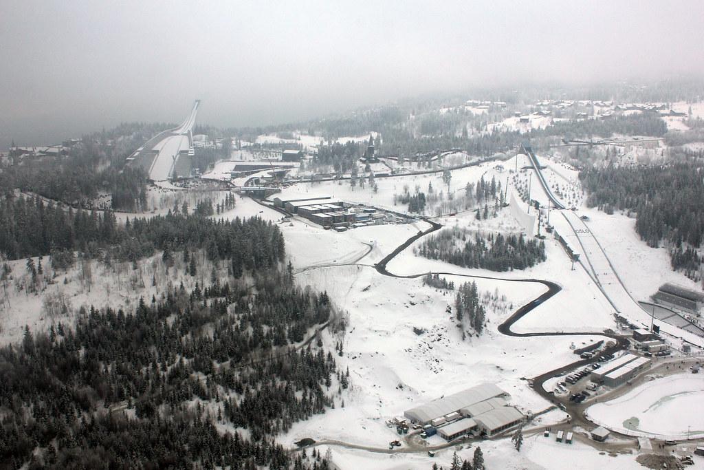 Holmenkollen og Midstubakken fra lufta