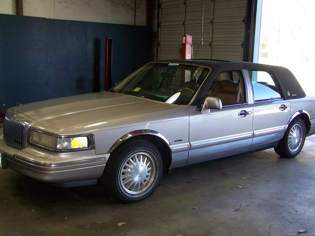 Lincoln Town Car With Vinyl Top Seen At Smith Ford In Gree Flickr
