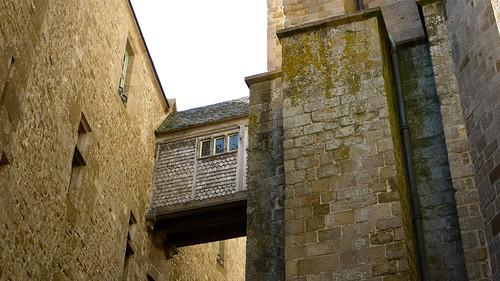 P1080801 france mont saint michel un passage au dessus d for Mont saint michel interieur