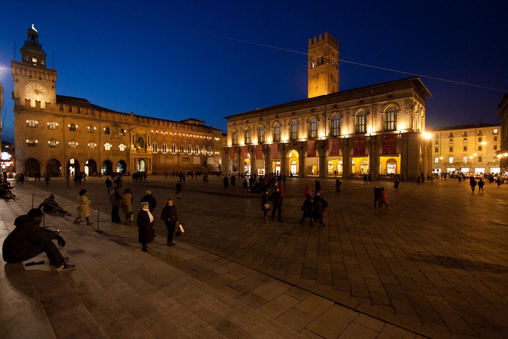 Piazza Maggiore à Bologne à la tombée de la nuit - Photo de Federico.