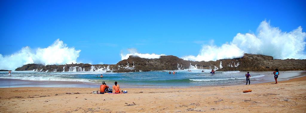 Las olas en playa Puerto Nuevo, Vega Baja, Puerto
