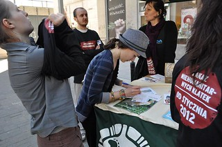 Supporters sign a petition to defend the the hens in Warsaw, Poland | by Compassion in World Farming