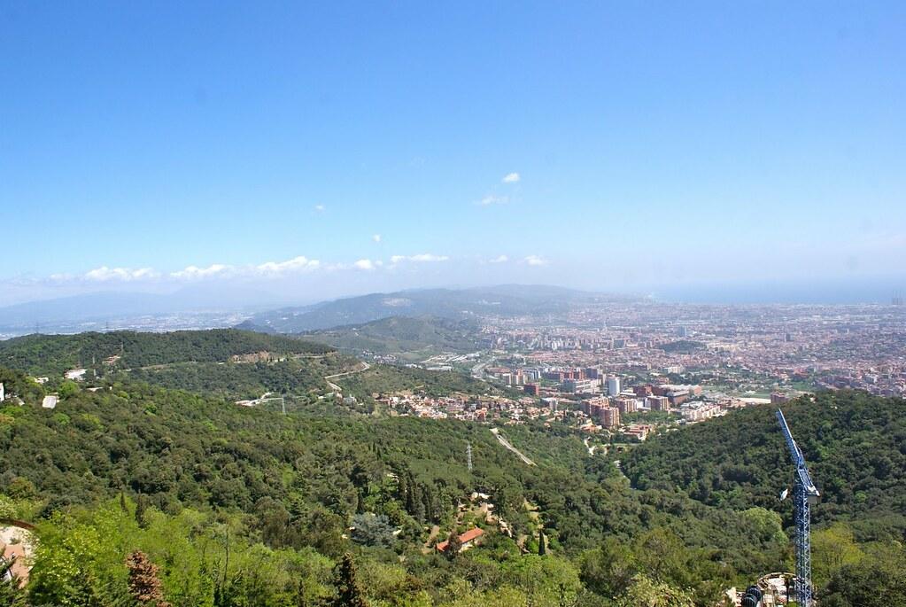 Vue sur Barcelone depuis le parc de Tibidabo par une belle journée ensoleillée.
