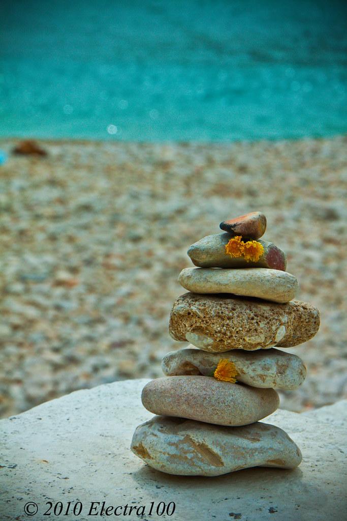 Mojón o mojón de piedras en el mar. Se ven también unas fl…   Flickr