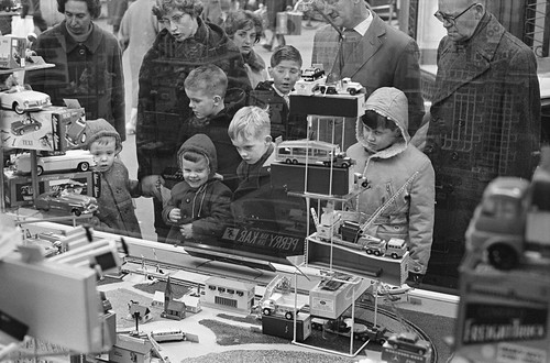 Kinderen kijken naar etalages met speelgoed / Children watching toys in the shop windows | by Nationaal Archief