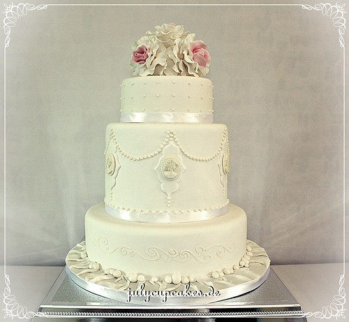 cameo wedding cake wedding cake with roses and cameo baerwald flickr 12330
