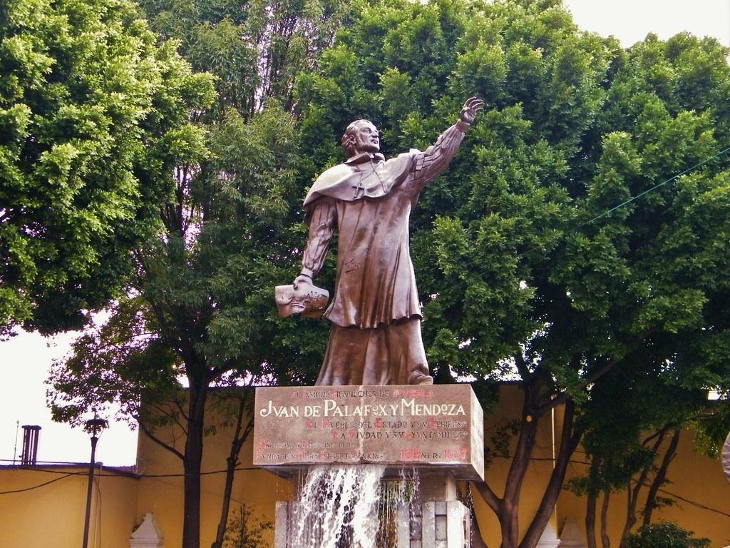 estatua de Juan de Palafox y Mendoza
