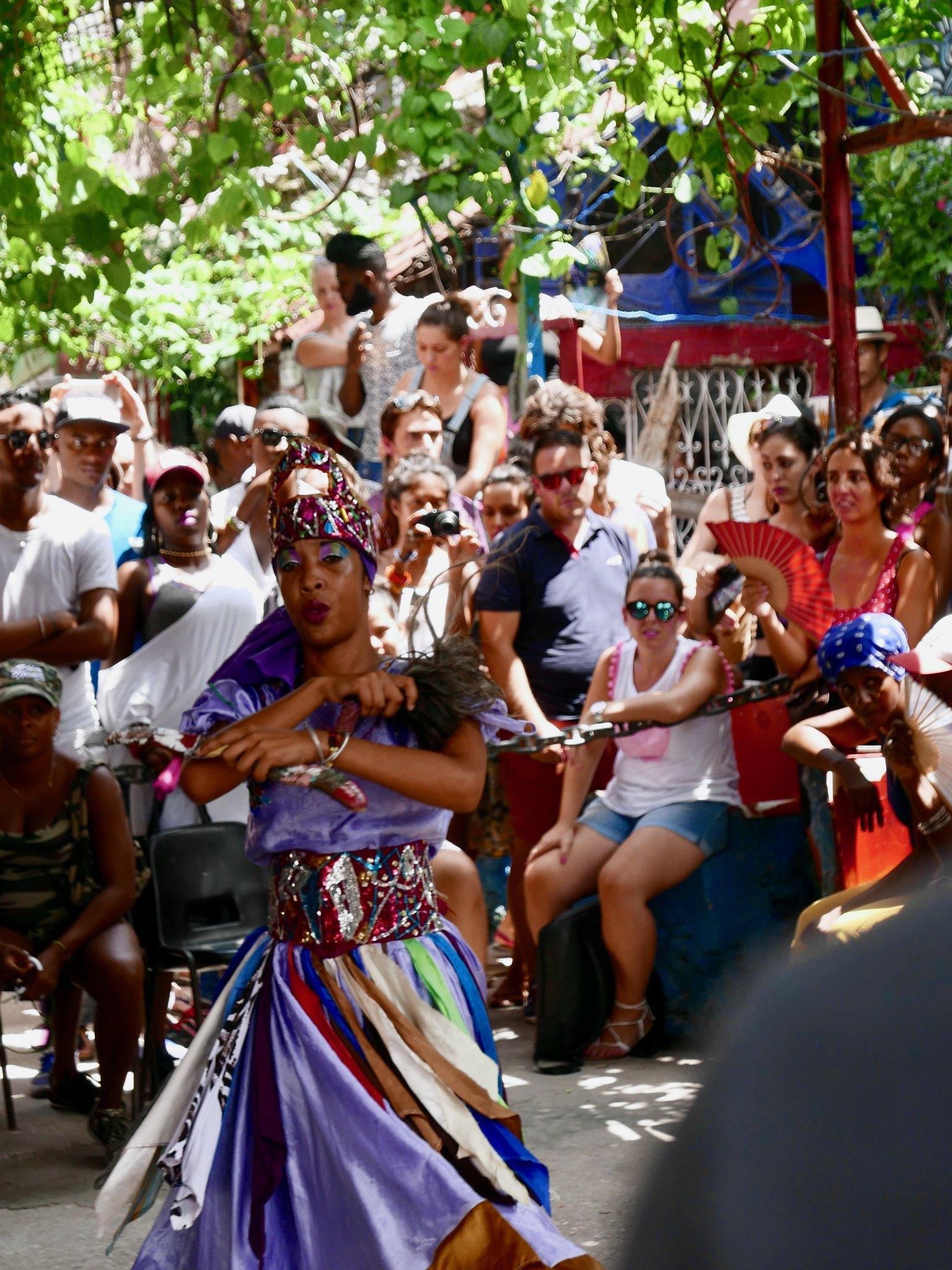 아프리카 전통 춤을 추는 무희