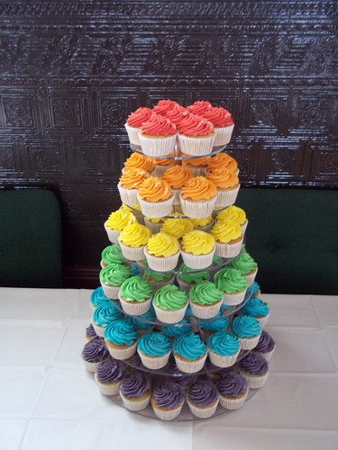 Cake And Cupcake Display Ideas For A  Birthday