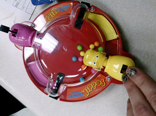 how to play hungry hungry hippos