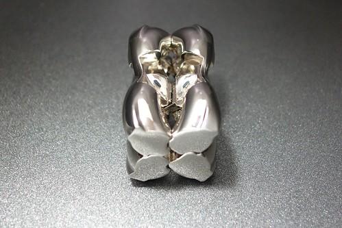 """HUZZLE_CAST H & H_(2016_10_01)_1_resized_1 """"Huzzle"""" という知恵の輪的な立体パズルの写真。光沢があるメッキが施された金属製の滑らかな縊れを持つ部品が2個組み合わさっている。"""