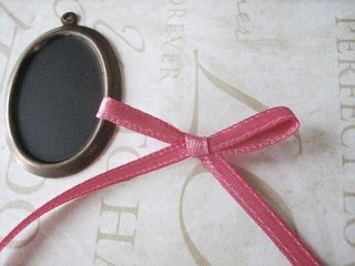chalkboard necklace diy - making the ribbon bow | by BrideBlu Vintage Handmade