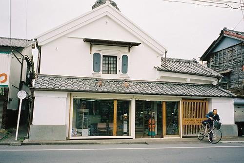 玉上薬局 | 玉上家は文化文政期には織物業を営んでいましたが後に現在の薬種業へ変遷。店舗は文化3年(1804年)建築。 … | Flickrnew icn messageflickr-free-ic3d pan white