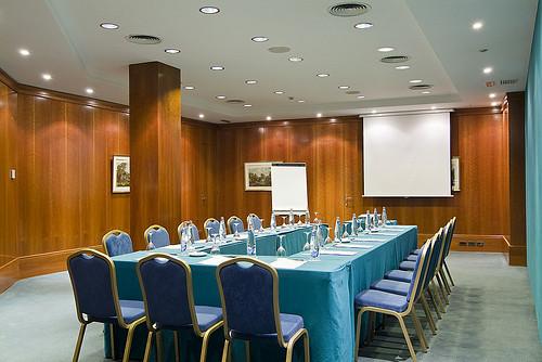 Mesa en forma de u en la sala de reuniones hotel for Mesa sala de reuniones