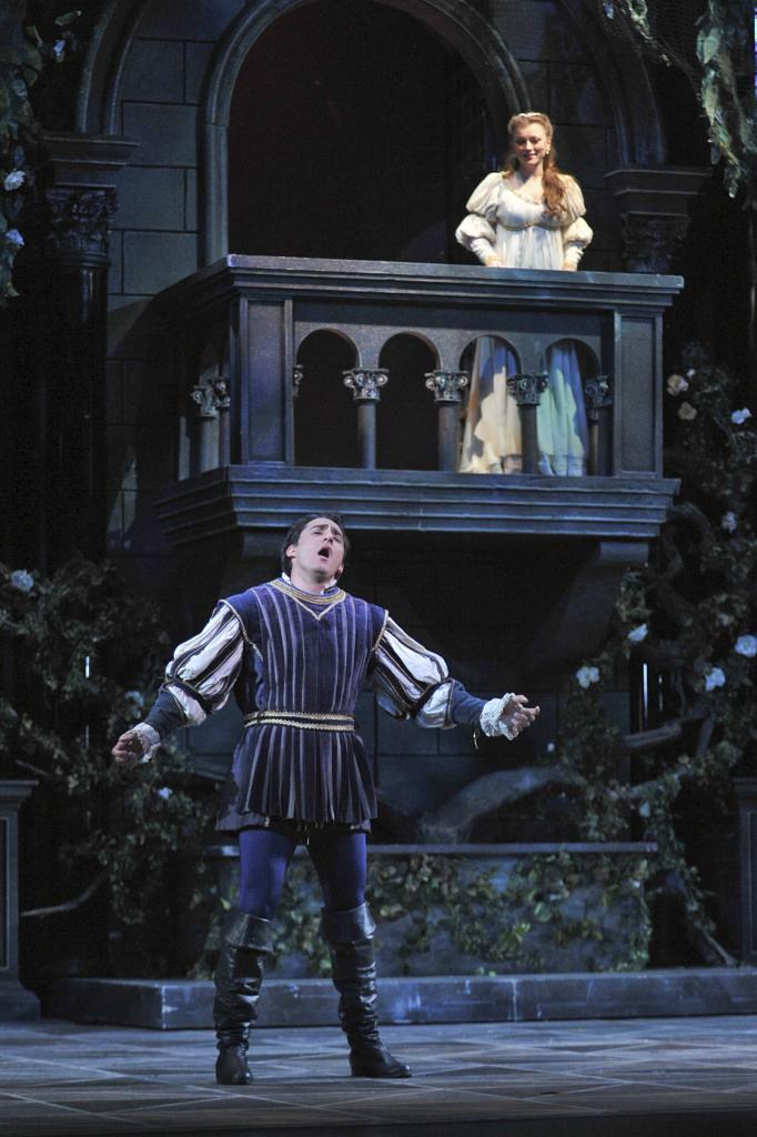 balcony scene from romeo and juliet Romeo and juliet shakespeare homepage   romeo and juliet   act 2, scene 2 previous scene   next scene scene ii capulet's orchard enter romeo romeo he jests at.