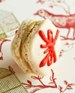 Christmas Present Macarons with Gingerbread Buttercream | by raspberri cupcakes
