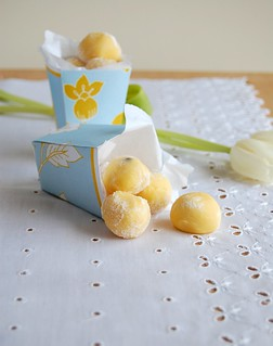 White chocolate passion fruit truffles / Trufas de chocolate branco e maracujá | by Patricia Scarpin