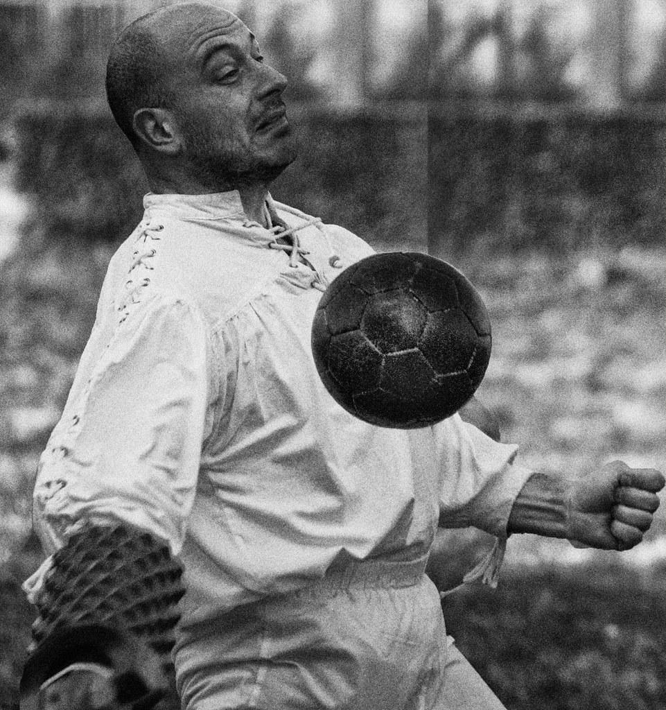 Risultati immagini per pallone a bracciale