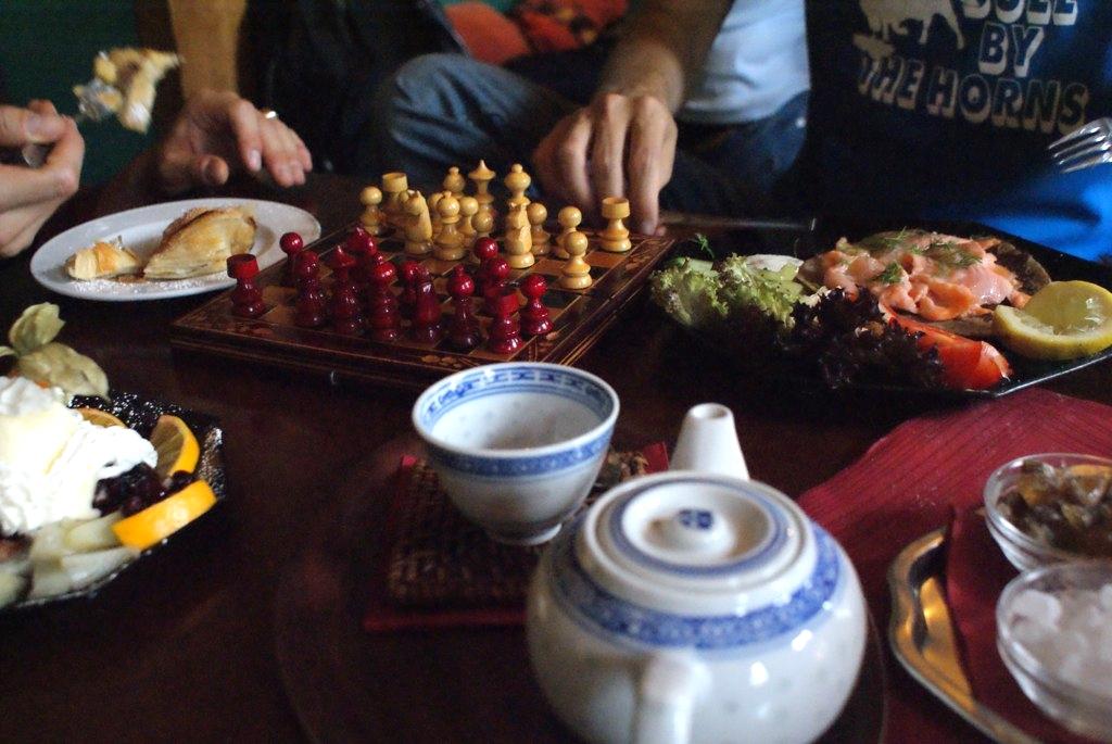 Salon de thé tadjik à Berlin au début d'une partie d'échec avec blinis et thé fumé.