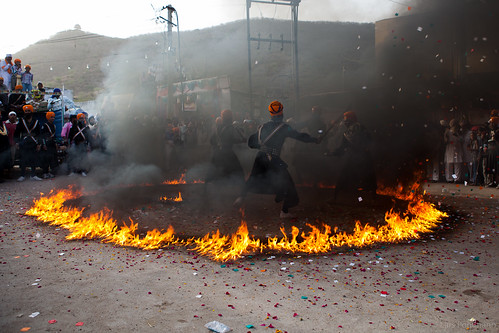 Sikhs giving a fight performance in a ring of fire - Bundi | by Lars Pohlmann