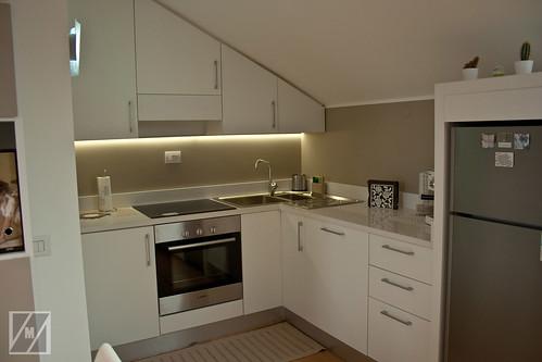 Cucina mansarda angolo cottura con pensili sagomati a - Lavandini cucina ad angolo ...