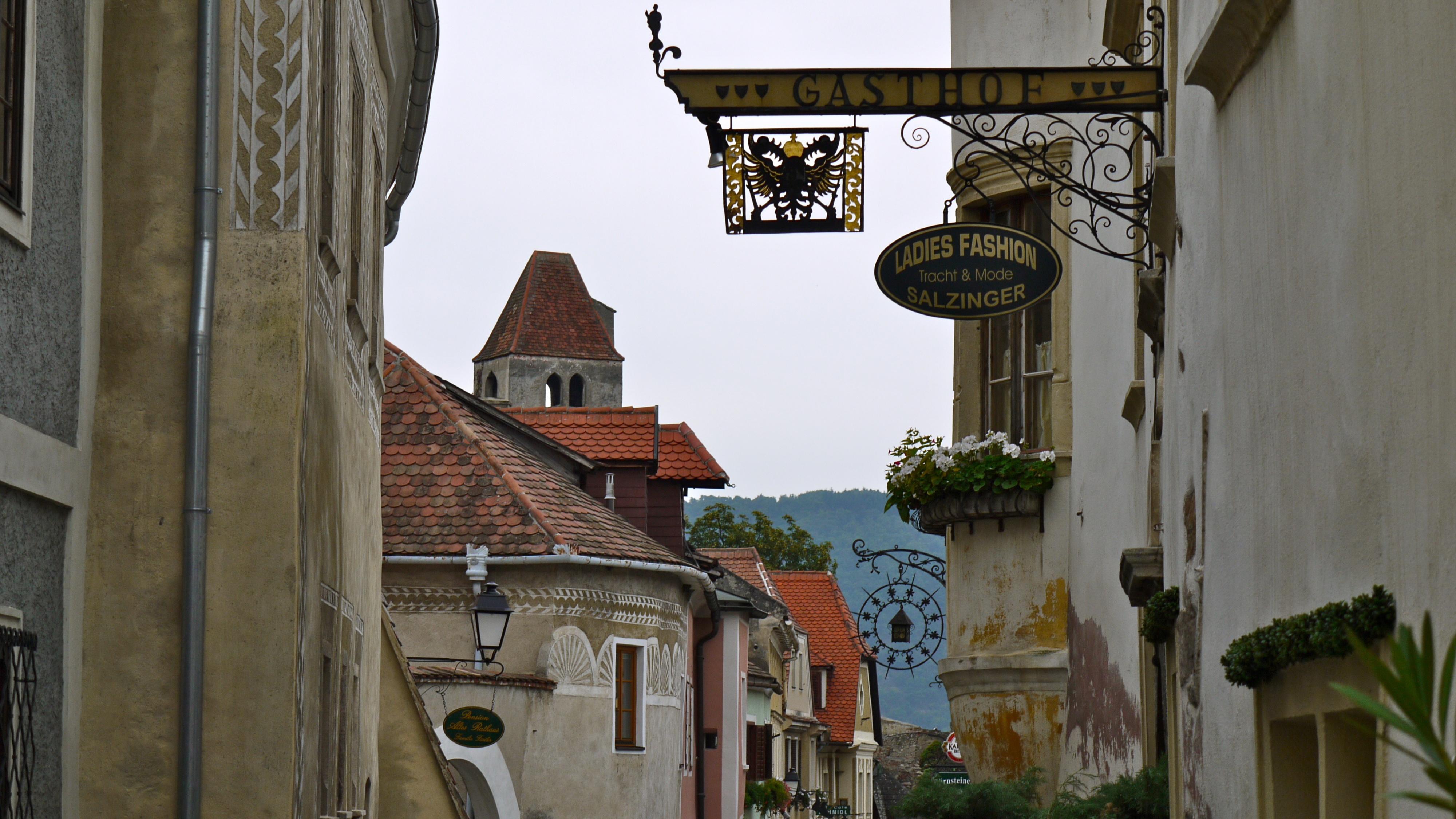P1080188 Autriche, Dürnstein, les maisons décorées d'une rue du village médiéval