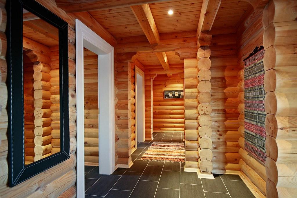 een interieur foto van een logwoning met ronde logs wonen in een houten huis een