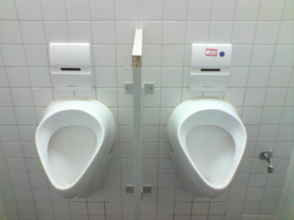 Leeg badkamersbinnenland lichtbruine tegel badton en toilet stock
