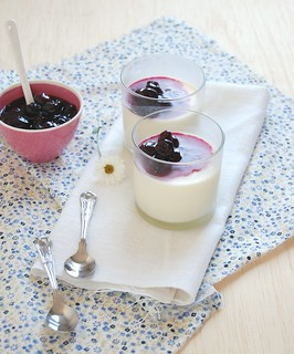 Rose water panna cotta with baked blueberry jam / Panna cotta de água de rosas com geléia de mirtilos feita no forno | by Patricia Scarpin