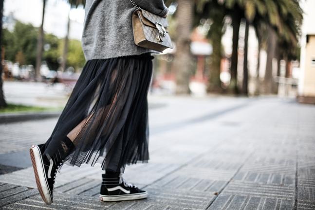 3H6Atulle-dress-zara-oversize-sweater-vans-fishnets-myblueberrynightsblog-streetstyle50442