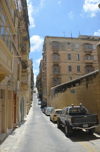 Blick vom Wasser hinauf auf den Felsen von Valletta