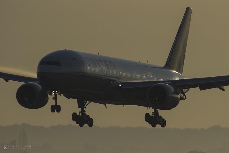 Boeing 777-222 – United Airlines – N778UA – Brussels Airport (BRU EBBR) – 2012 08 11 – Landing RWY 25L – 01 – Copyright © 2012 Ivan Coninx