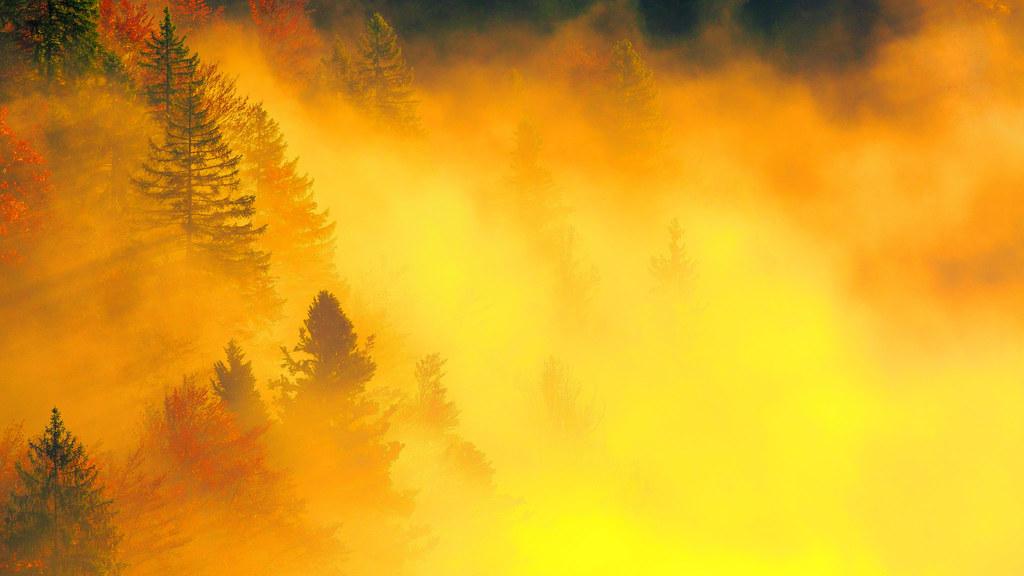 Les couleurs de l'automne embrasent la vallée
