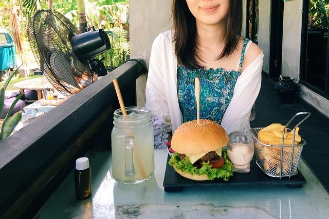 Cloud 9 Canggu food burger