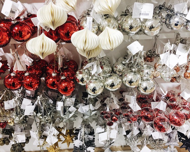 h&m, hennes and mauritz, h&m home, joulu, christmas, inspiration, decor, sisustus, koti, home, home interior, decoration, sisustaminen, interior design,  shop visit, before christmas, christmas carols, joulupallot, christmas balls, h&m home christmas inspiration,