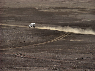 041 Jeep met stofspoor bij Bláhylur of Hnausapollur